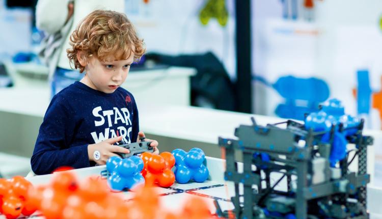 در این مقاله مواردی مانند فواید آموزش رباتیک به کودکان ، اهمیت یادگیری علم رباتیک و هزینه کلاس های رباتیک بررسی میشود. با آموزشگاه فنی حرفه ای آریانا نصر